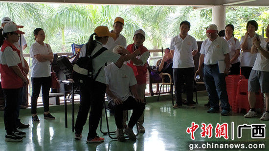 志愿者现场演示应急救护技能。