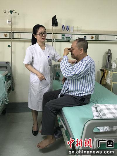 周卫惠指导患者做保健操。