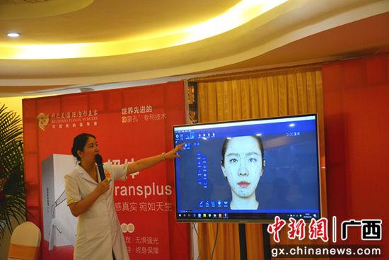 科之美美学设计总经理李丹梅进行3D数字化隆鼻定制演示。