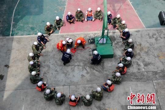 百色市消防支队右江大队右江中队官兵向蓝天救援队志愿者传授起重气垫使用技术。 蒋雪林 摄