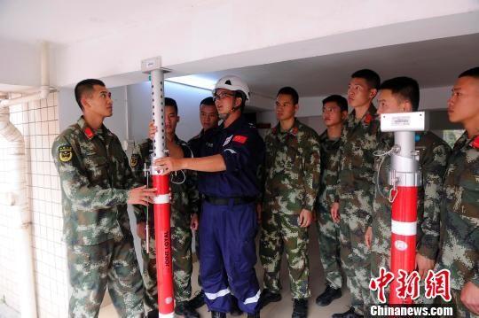 蓝天救援队志愿者向消防官兵传授建筑物重型支撑技巧。 蒋雪林 摄