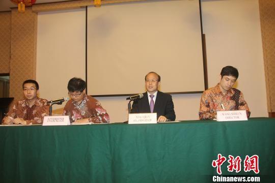 30日傍晚,中国驻印尼大使肖千(右二)邀请印尼媒体界朋友到中国大使馆进行互动交流并共同开斋,向印尼各界穆斯林朋友表达祝福,传递中国政府和人民的友好情谊。 林永传 摄