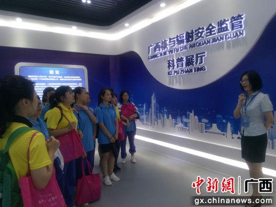 图为师生们参观图片展。