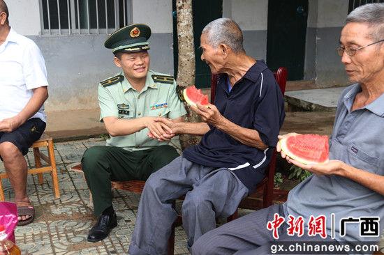 老人主动握着官兵的手致谢。