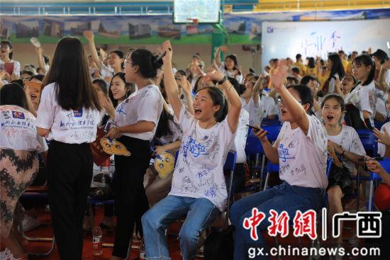 毕业生们举手欢呼。朱敬民 摄