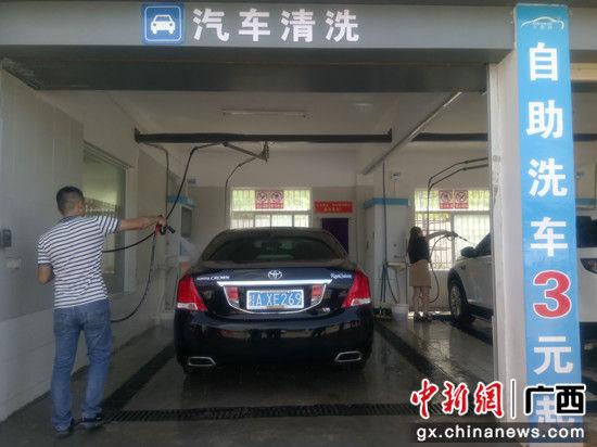 """图为车主在""""共享洗车""""仙葫站自助洗车。"""