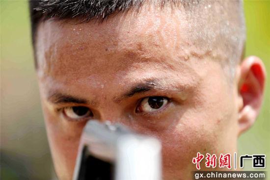 黄昌贤在进行自动步枪瞄准训练。谭凯兴 摄