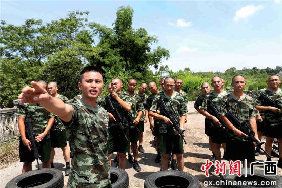黄昌贤在讲解扛轮胎训练要领。谭凯兴 摄