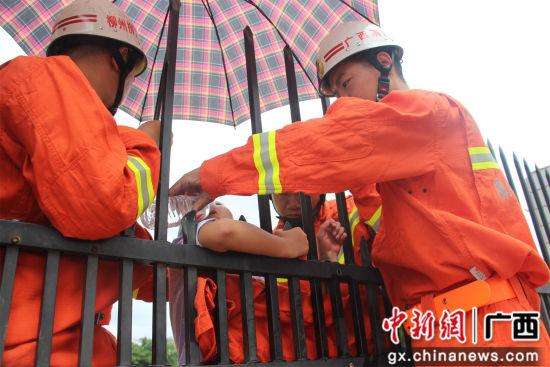 消防官兵正在救援。
