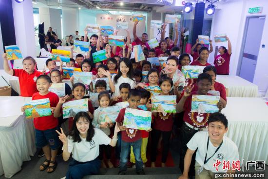 """""""梦汇南洋""""中马文化艺术交流展之儿童填色比赛,孩子们展示自己完成作品。"""