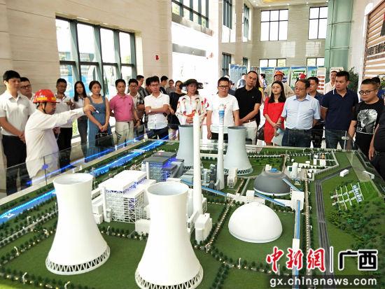 图为柳州市青年企业家到鹿寨实地考察企业发展情况。 曹伟军 摄