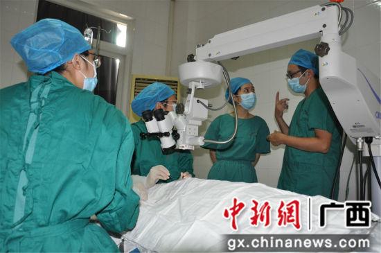 陈焯鸿教授(右一)与市眼科医院专家进行手术交流 。 韦兰纯 摄