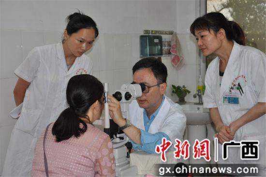 林伟青教授(右二)为患者诊治。 韦兰纯 摄