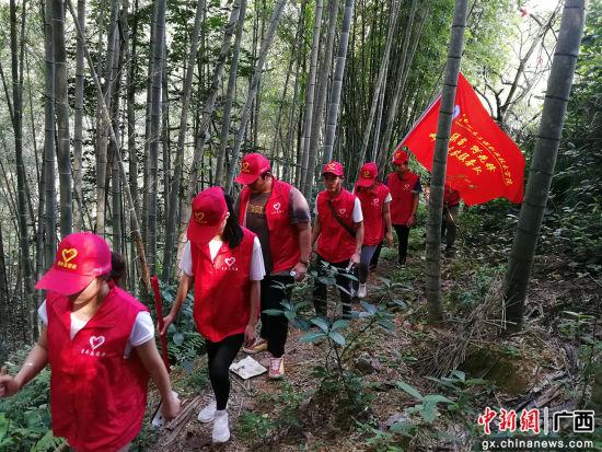 大学生在下乡上山路上。朱名明 摄