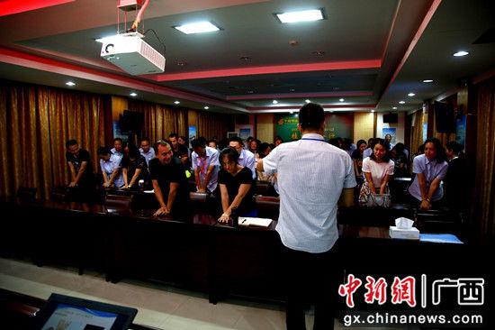 邮储银行桂林市分行员工在专业老师指导下联系心肺复苏手法