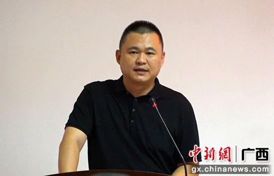 中共马山县委常委副县长-刘沣元在推介会上致辞。