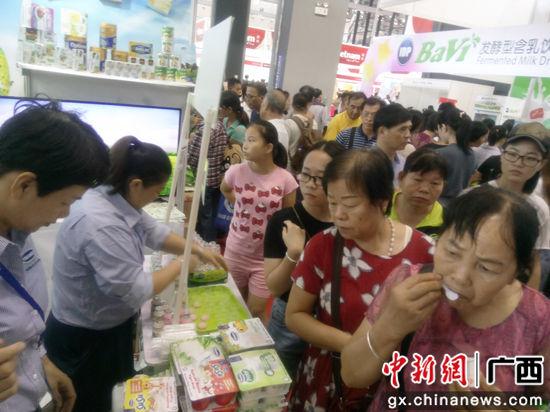 图为VINAMILK在东博会的展位吸引了众多美食爱好者。