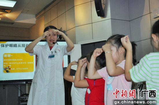 钱方玉医生手把手教学生眼保健操。