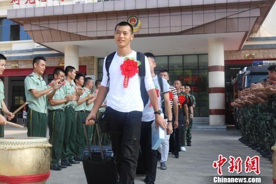 9月20日,武警广西消防总队桂林支队官兵列队欢送退伍老兵。 熊有发 摄
