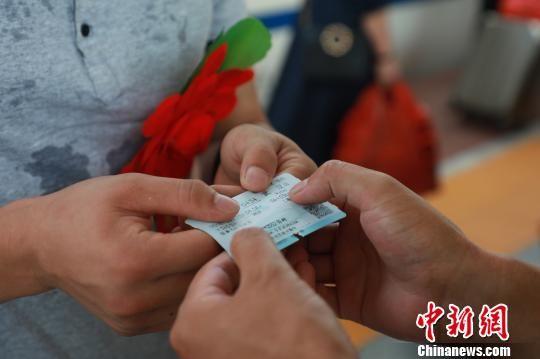 9月20日,武警广西消防总队桂林支队官兵为退伍老兵送上返乡的车票。 熊有发 摄