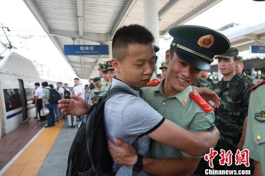 9月20日,武警广西消防总队桂林支队留队官兵与退伍老兵相拥告别。 熊有发 摄