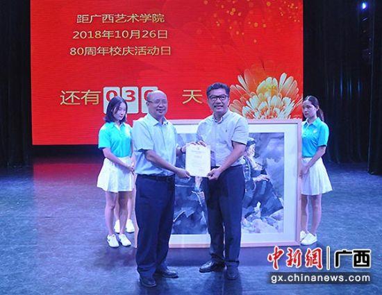 图为教师代表捐赠艺术作品。林浩 摄
