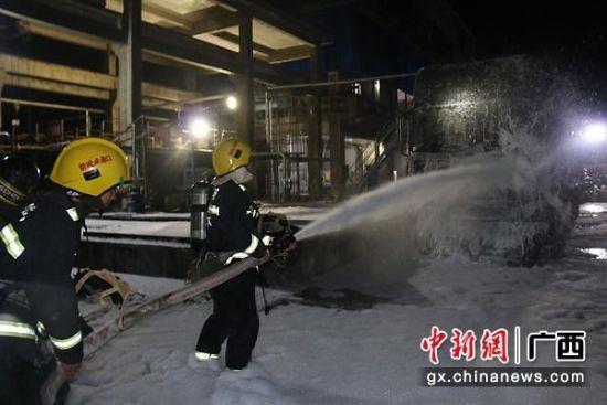 图为消防官兵进行灭火。骆应铭 摄