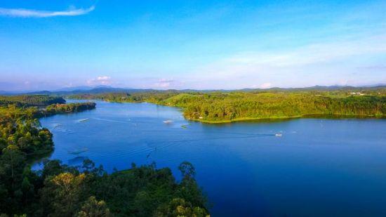 图为碧水蓝天的越州天湖。