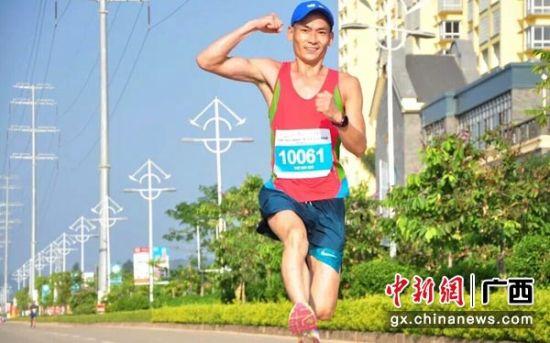 图为一名参加马拉松的跑者。浦北县委宣传部供图