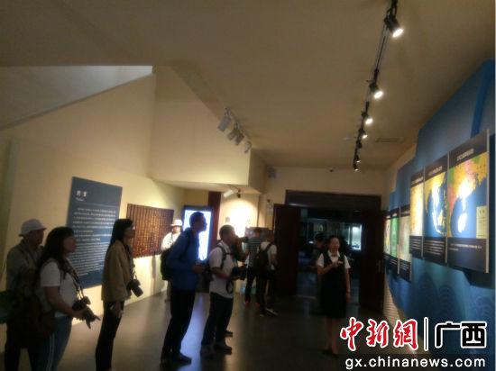 图为参观合浦汉代文化博物馆。