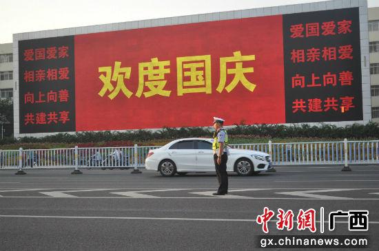 民族广场举行升旗仪式,交警在民族大道维护交通秩序。