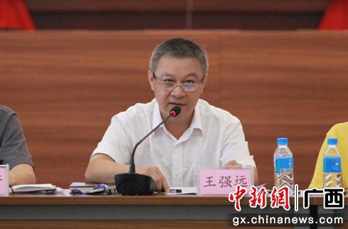 南宁机场公司总经理王强远讲话。