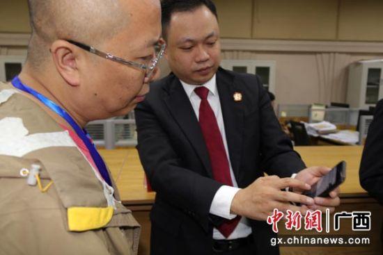 图为七星法院执行局局长杭德冰向人大代表演示如何在淘宝网上参与司法网拍。
