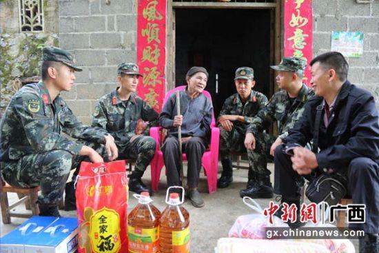 图为老兵麻作林(左三)分享部队回忆。杨钊鹏 摄