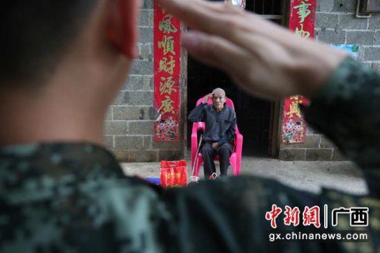 图为官兵们向老兵麻作林敬礼。杨瑞 摄