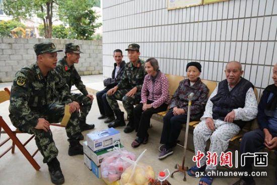 图为官兵们慰问福利院孤寡老人。杨瑞 摄