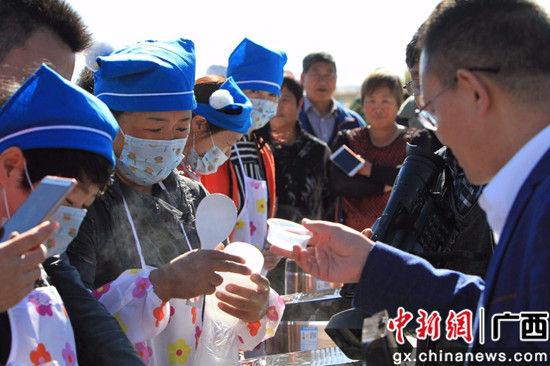 与会代表现场品尝富硒米饭。