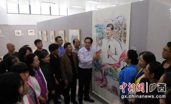 图为广西北部湾书画院院长陈中华向来宾介绍画作。蒋雪林 摄