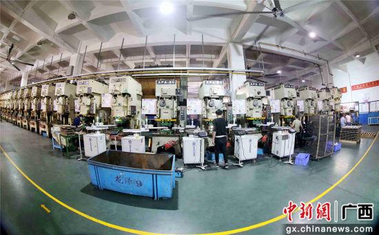 在广东龙泽精密模具有限公司生产车间,工人在生产线上作业。谭凯兴 摄