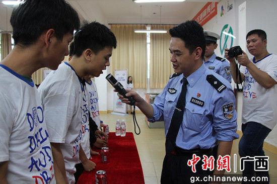 警官为学生进行酒精测试