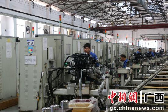 图为五菱柳机总装一厂生产线,工人在生产发动机。林馨 摄
