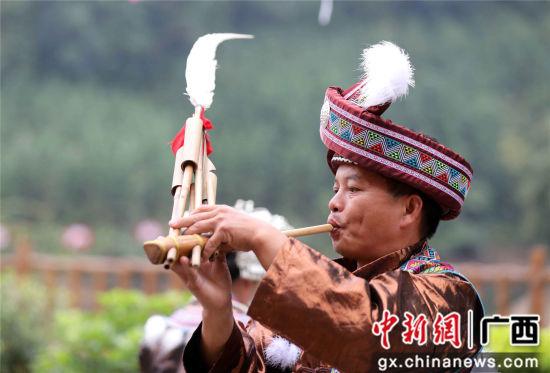图为吹奏芦笙。谭凯兴 摄