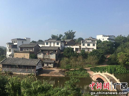 那蒙坡青山环绕,绿水相连