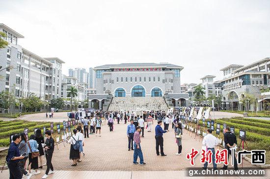领导嘉宾在新建的南宁三中五象校区参观文化展示。 陈冠言 摄