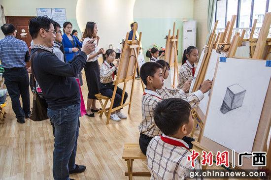 领导嘉宾在新建的南宁市五象新区第一实验小学参观学生的文化展示。 陈冠言 摄