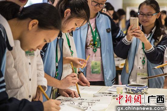 南宁三中五象校区学生正在进行书法展示。 陈冠言 摄