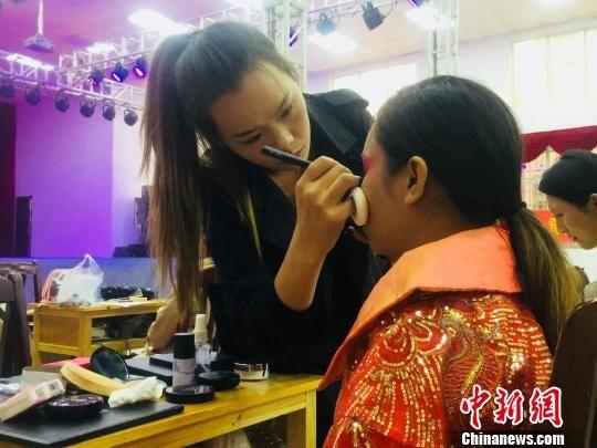 图为参赛选手正在进行化妆作业。周潇男 摄