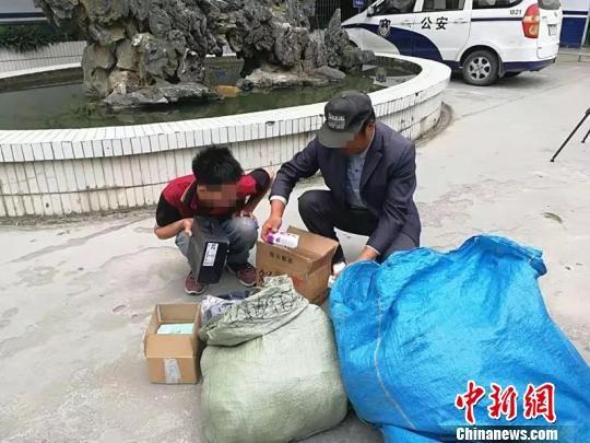 快递小哥100多个包裹路边遗失 南宁警方已全部找回