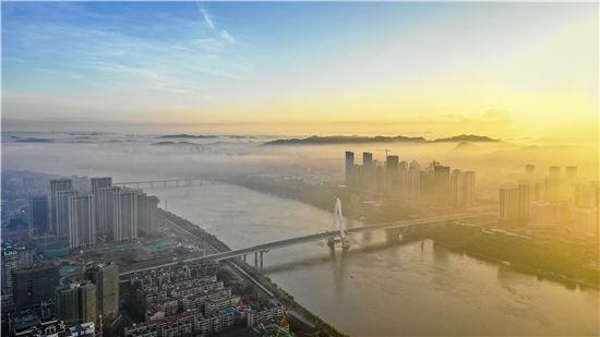《朝霞映江河》拍摄于保利楼