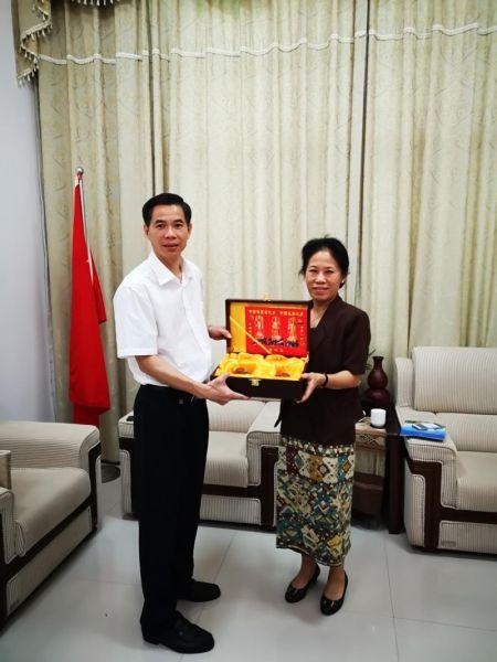 与老挝领事馆总领事万希·维丽雅彭合影